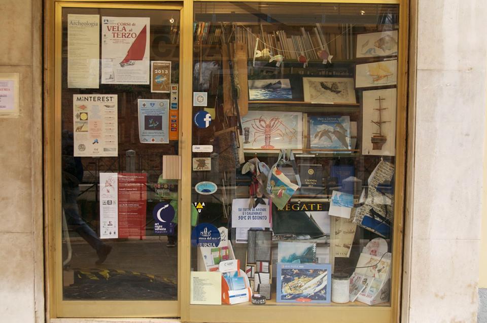 vetrina libreria mare di carta a venezia